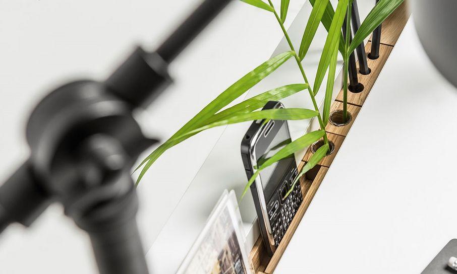 Kilka mebli z kolekcji Simple wyposażonych jest w listwę funkcyjną. Została ona zaprojektowana tak, aby uprościć i uporządkować twoje życie. Możesz wybrać zestaw gotowy, stworzyć swój lub zastosować zaślepki do wnęki na listwę.
