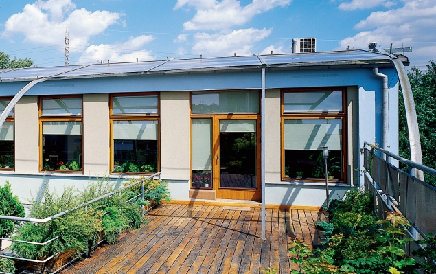 Remont balkonu. Drewniane deski tarasowe na balkonie