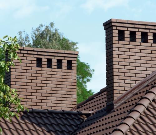 Komin ceglany lub ceglana obudowa wkładu kominowego. Zasady budowy