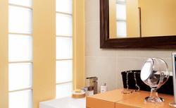Pomysł na żółtą łazienkę. Oto, jak z 2 małych wnętrz stworzono nowoczesną łazienkę