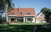 Jakie okna dachowe kupić na poddasze? Sprawdź, co oferują producenci okien