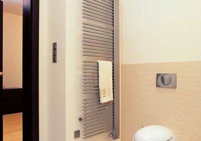 Wymiana starego grzejnika łazienkowego. Drabinkowy czy konwektorowy - jaki grzejnik wybrać?