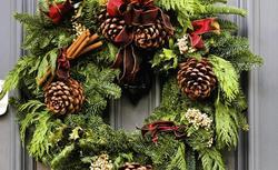 Dekoracje na Boże Narodzenie. Jak zrobić własnoręcznie bożonarodzeniowy wianek? [WIDEO]