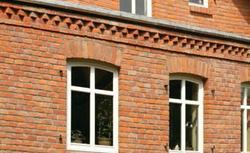 Elewacje z cegieł klinkierowych lub cegieł licowych. Poznaj zasady murowania ścian elewacyjnych