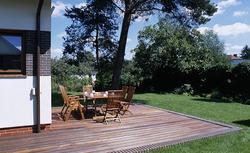 Drewno na taras zewnętrzny. Jakie deski wybrać na taras z drewna?