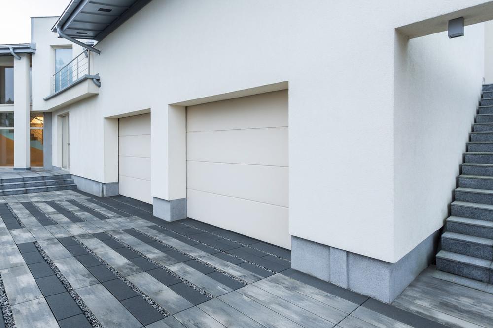 Układanie kostki brukowej wokół domu – jaką nawierzchnię betonową wybrać?