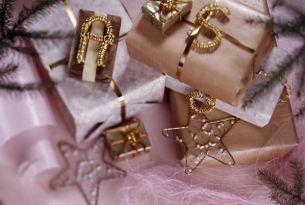 Papier pakowy i złota wstążka