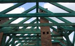 Więźbę dachową też można naprawić. Zobacz, jak sprawnie wykonać remont dachu