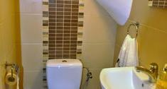 Skos pod schodami. Jak go zabudować, aby nie szpecił łazienki?