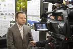 <p>Szymon Firląg, sędzia konkursu, wyjaśnia dziennikarzom wymagania techniczne stawiane domom energooszczędnym.</p>